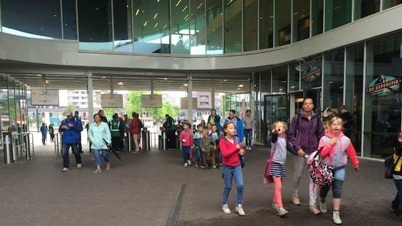 Kinderen en ouders bij de entree van Wildlands in Emmen. Foto BNR / Elfanie toe Laer