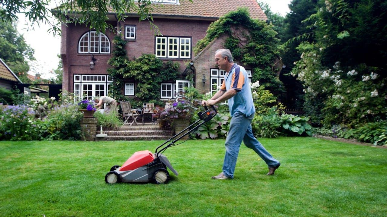 Grasmaaien in betere weersomstandigheden dan de afgelopen zomerweken. Foto ANP