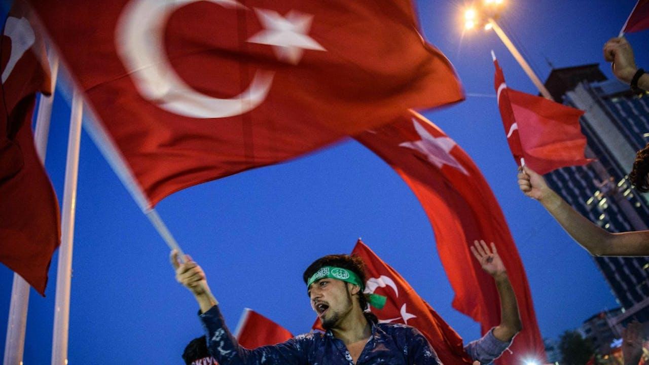 Een demonstrant zwaait met de Turkse vlag op het Taksimplein in Istanbul. Foto ANP