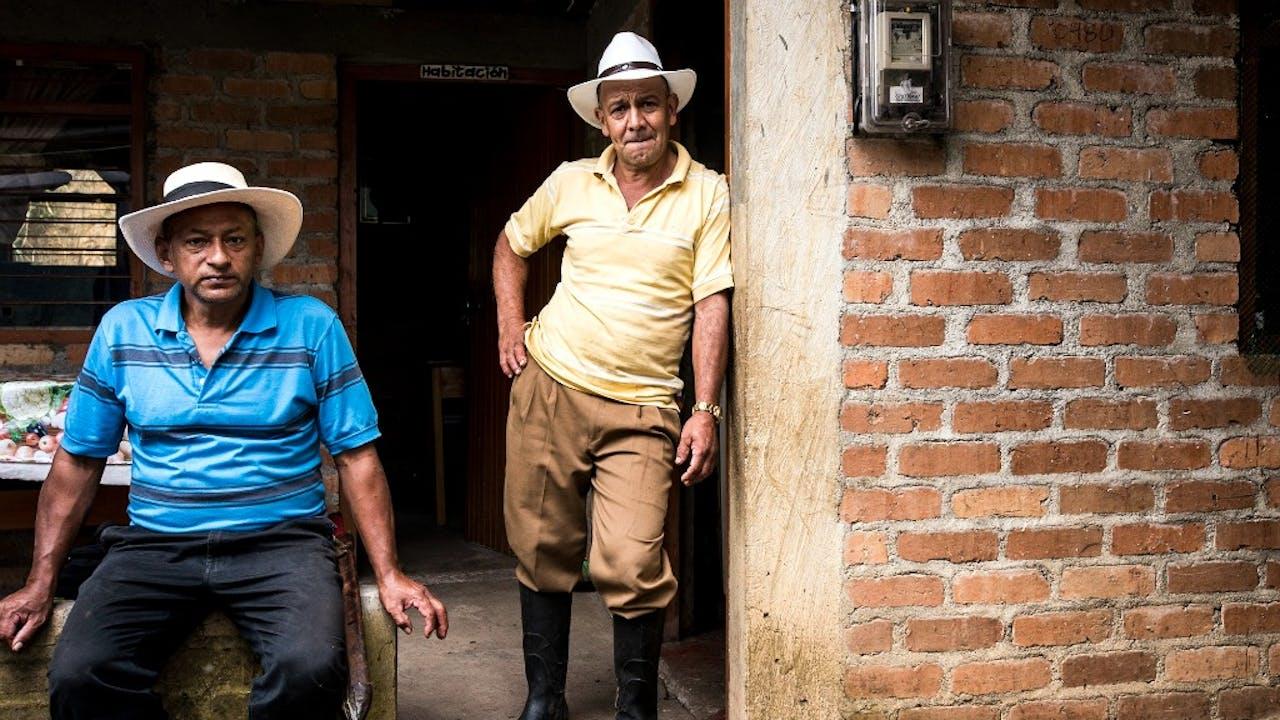 De twee koffieboeren in Colombia die De Boer portretteerde. Foto Sacha de Boer