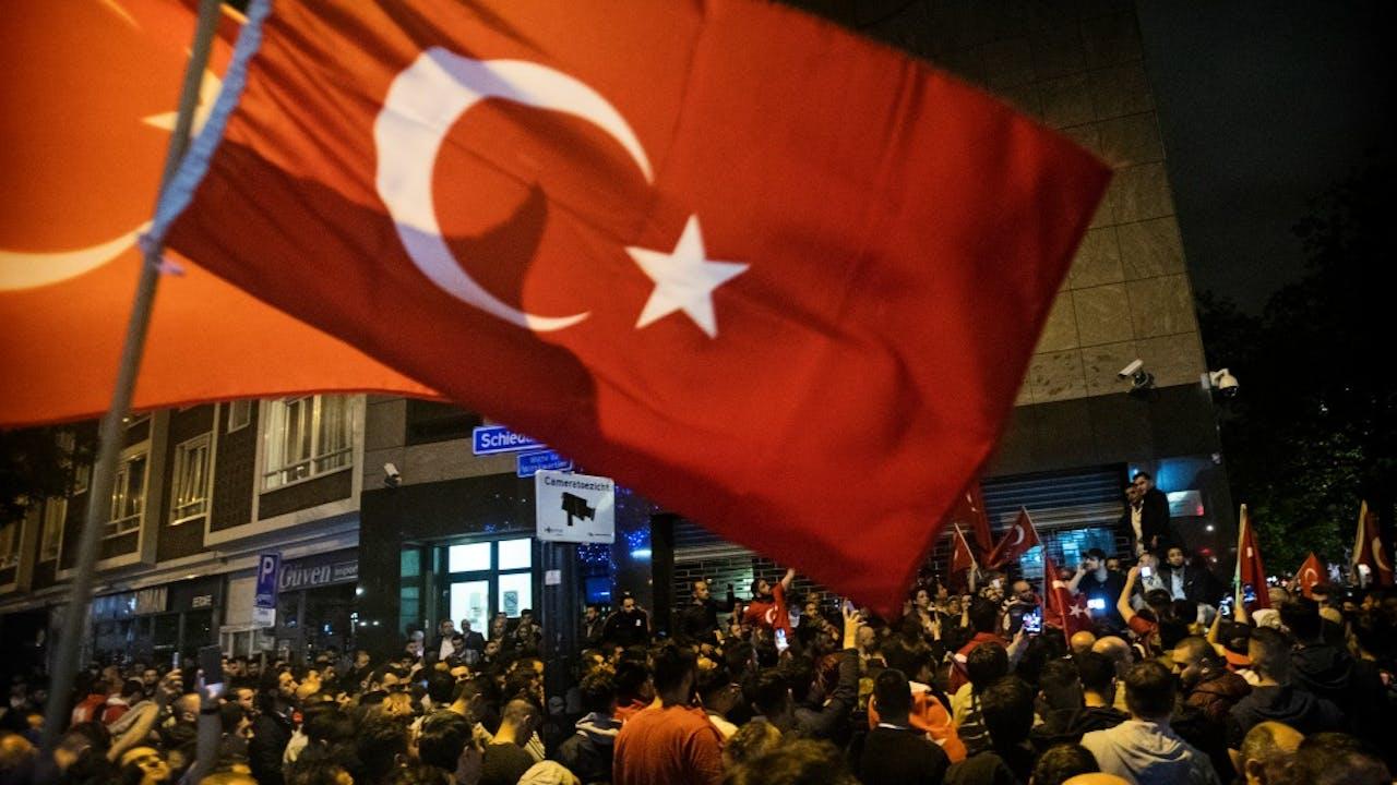 Demonstranten bij het Turkse consulaat in Rotterdam, afgelopen vrijdagnacht. Foto: ANP