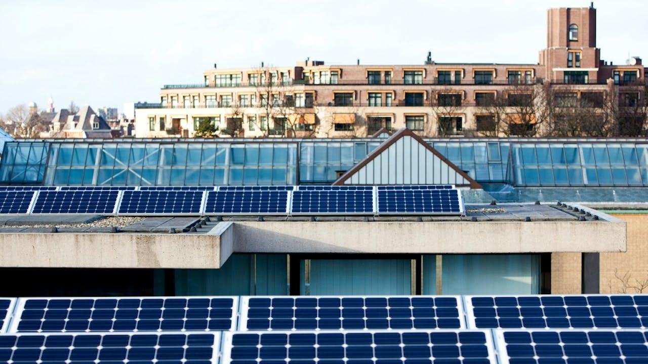 Zonnepanelen op het dak van het Haagse Museon-museum. Foto ANP