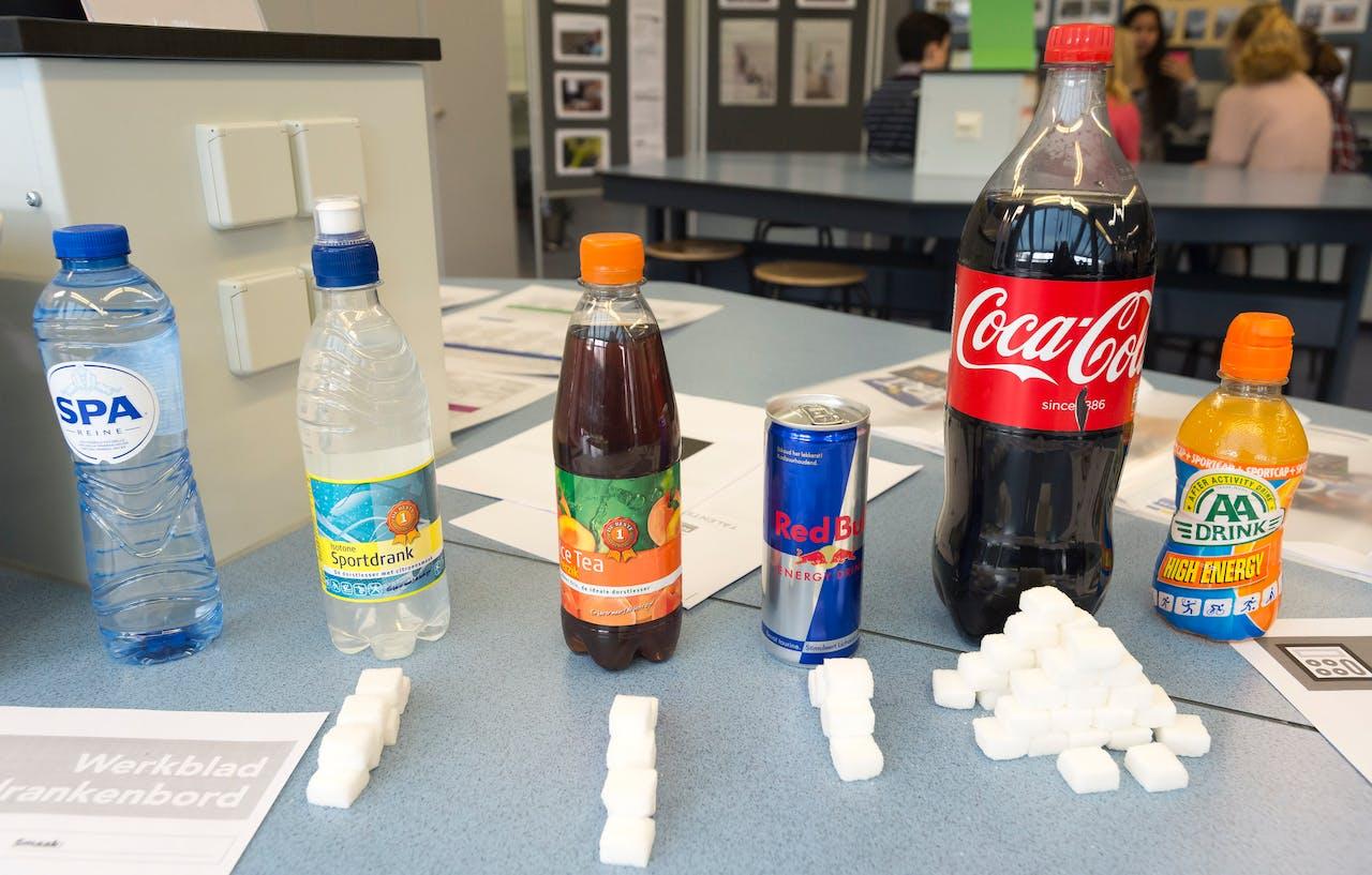 Zoveel suikerklontjes zitten er in deze drankjes. Foto ANP
