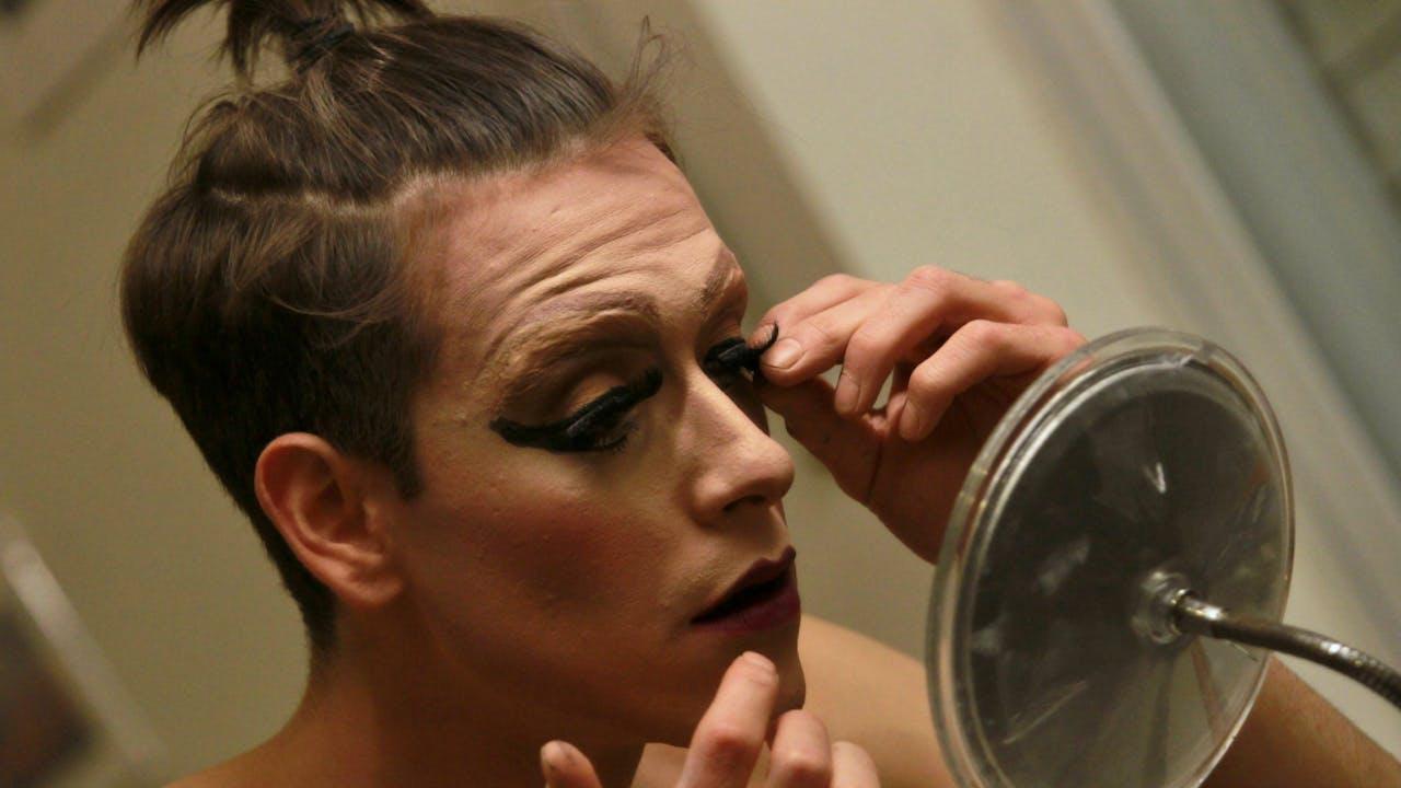 De Israëlische drag queen Yossale maakt zich op voordat hij gaat optreden. Foto ANP