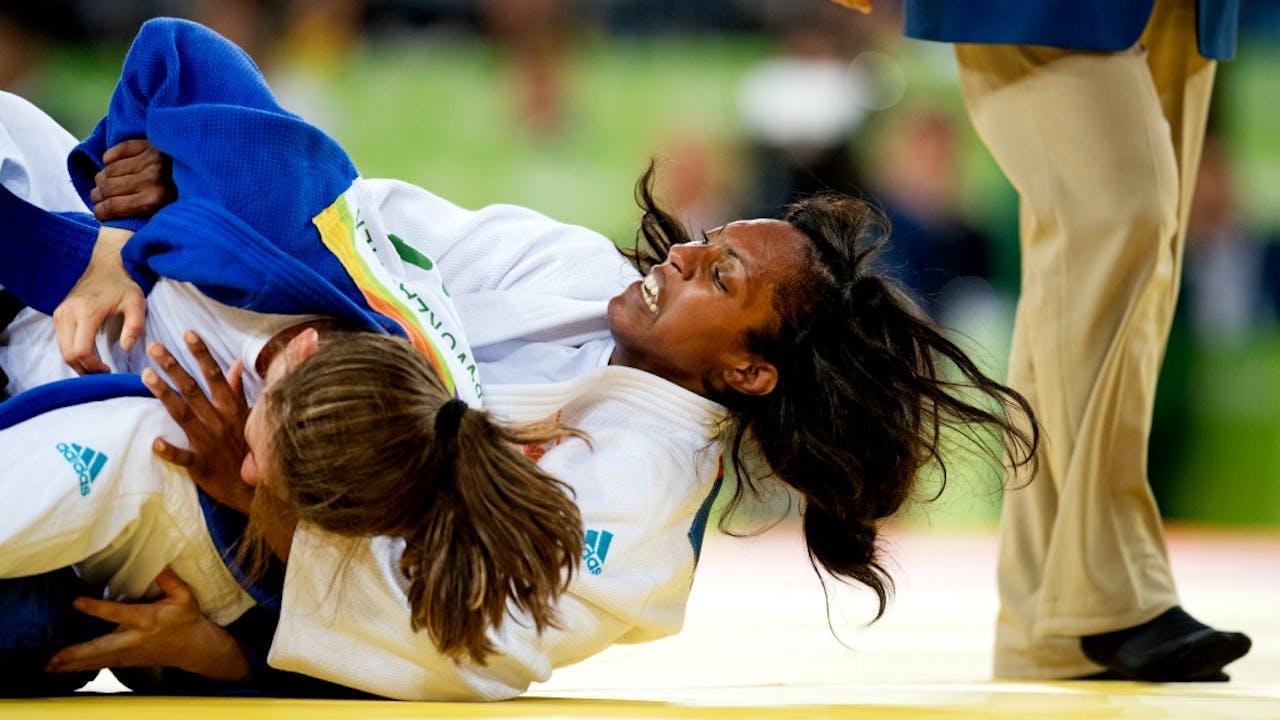 Judoka Anicka van Emden (rechts) in actie in Rio. Foto ANP