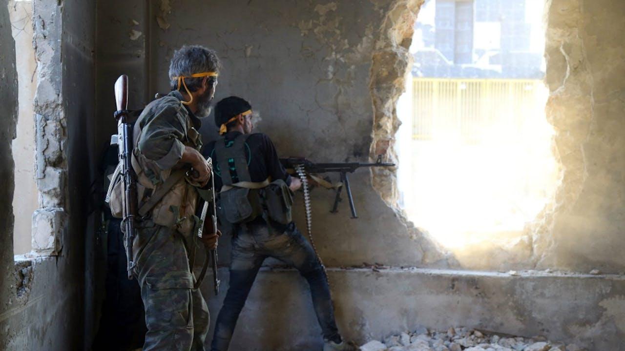 Rebellen schieten op Syrische regeringstroepen in Ramussa, aan de zuidwestelijke kant van Aleppo. Foto ANP