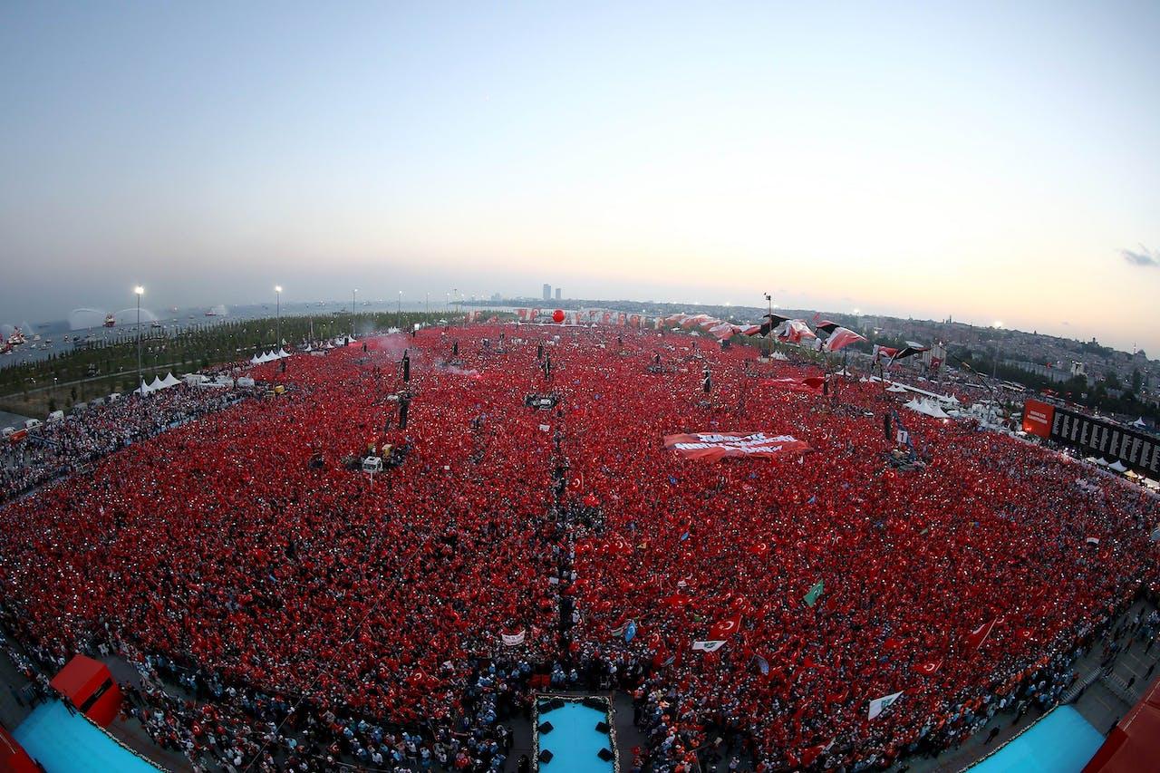 Honderdduizenden Turken zijn in Istanbul bijeengekomen om te demonstreren voor de democratie. Foto EPA