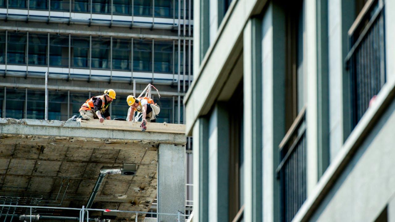 Bouwvakkers aan het werk op een bouwterrein in Den Haag.