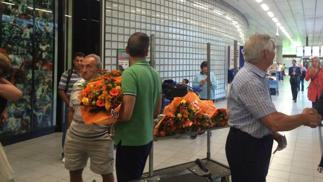 Reisbureau ATP deelt uit op Schiphol aan olympische sporters die niets wonnen. Foto BNR / Elfanie toe Laer