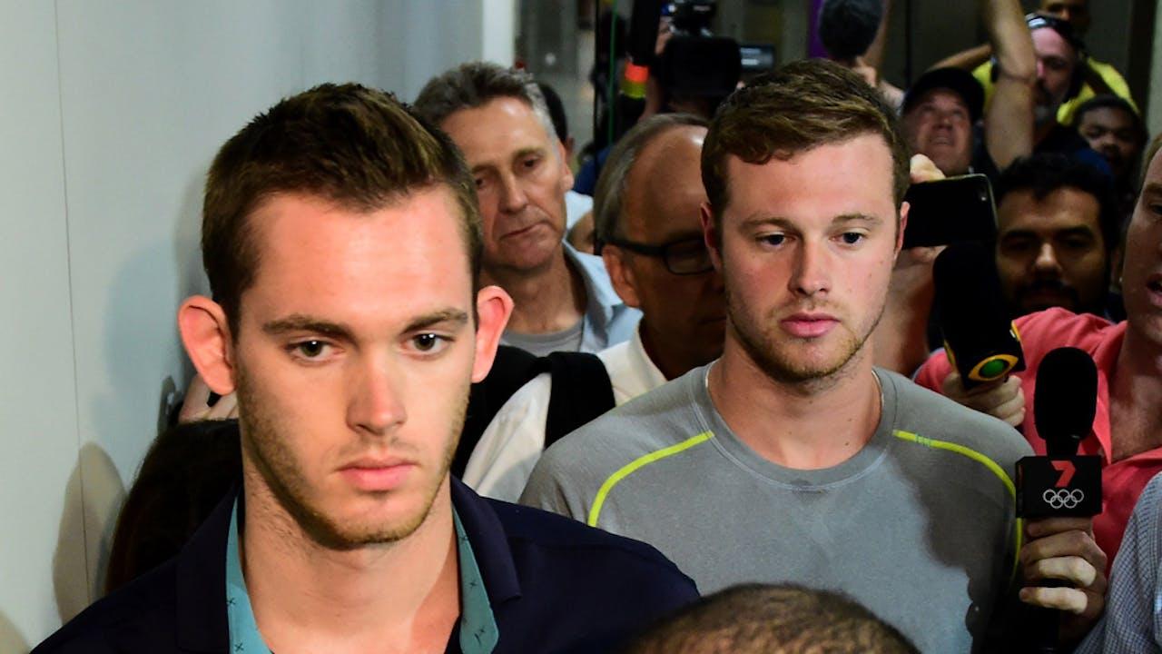 Gunnar Bentz en Jack Conger verlaten het politiebureau op het vliegveld van Rio.