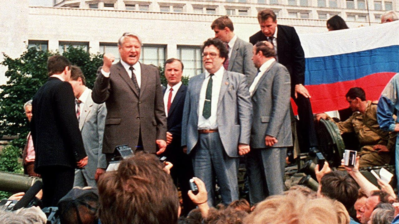 Boris Jeltsin spreekt het volk toe vanaf een tank.