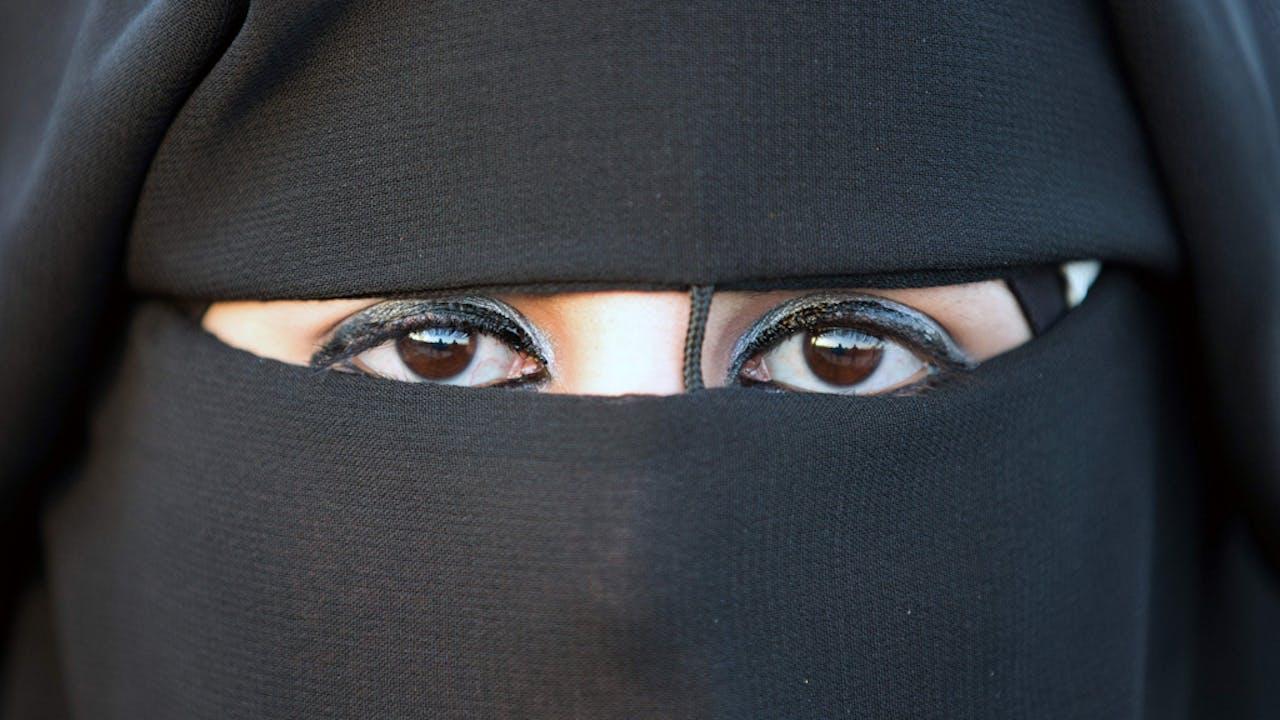 Een geheel verbod op gezichtsverhullende kleding komt er niet.