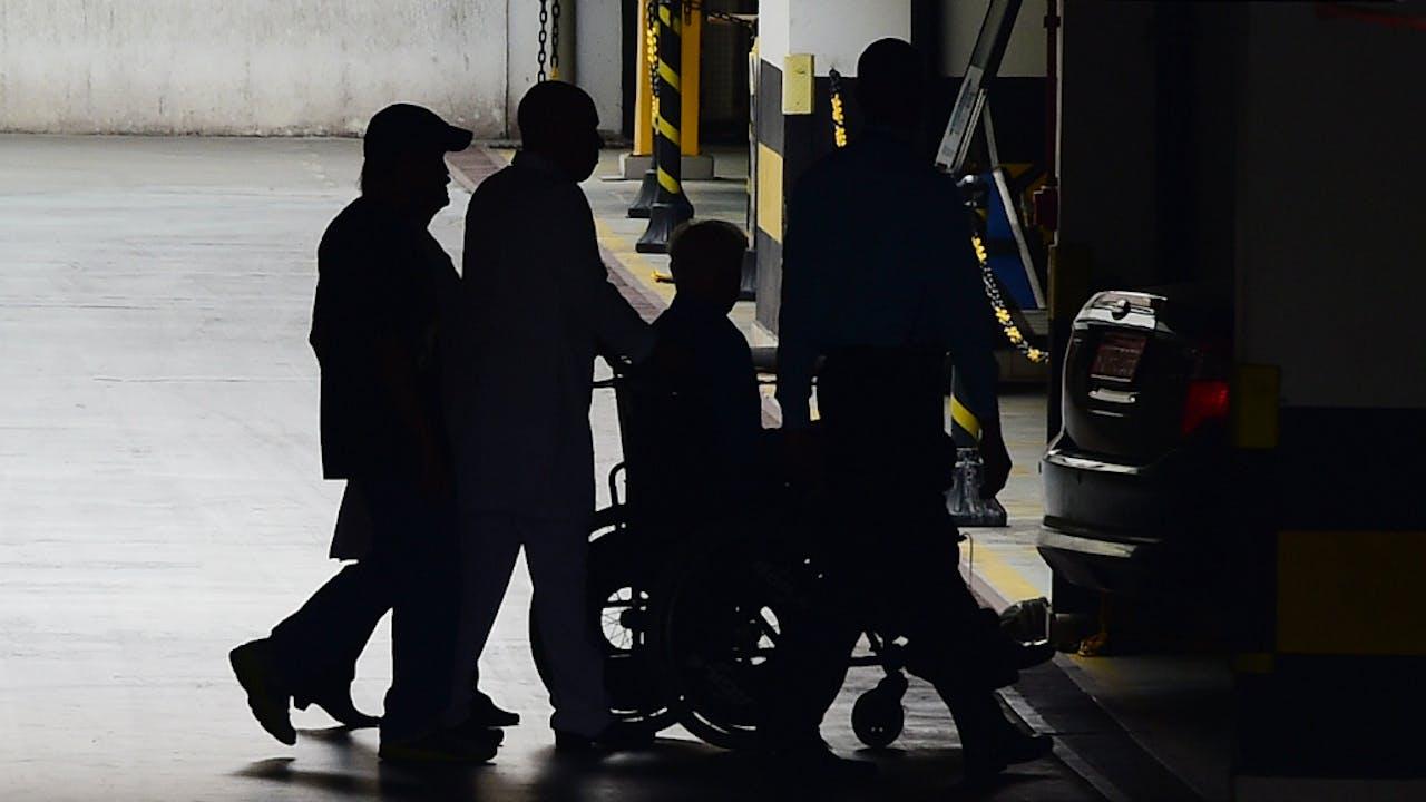 Patrick Hickey verlaat na zijn arrestatie het Samaritano Barra ziekenhuis. Foto AFP/ANP