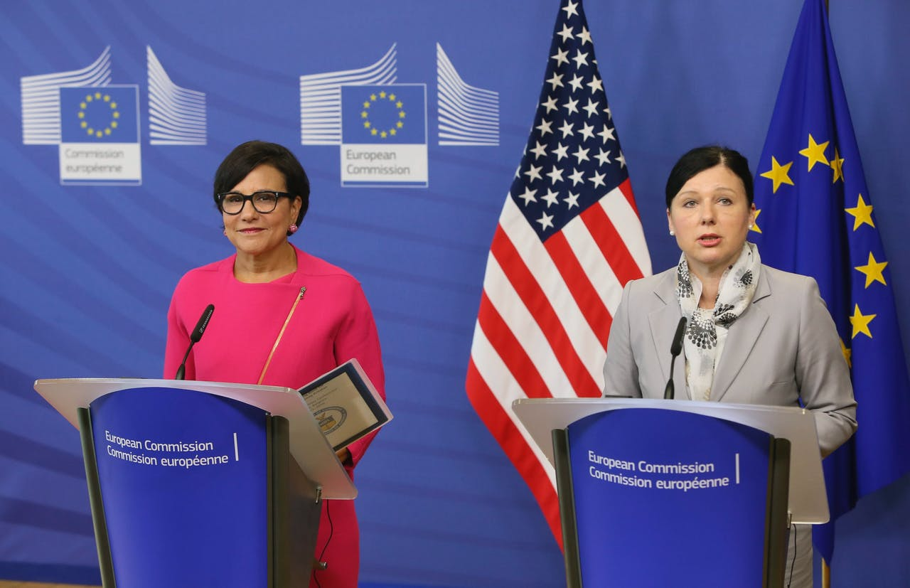 EU-Commissaris Vera Jourova van onder andere Consumentenrechten (rechts) en de Amerikaanse minister van Handel Penny Pritzker presenteren het EU-US Privacy Shield. Foto: ANP