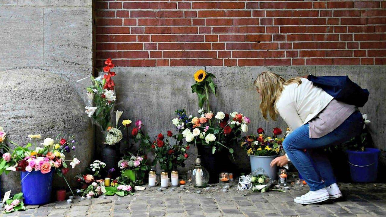 Een meisje legt bloemen bij een school ter nagedachtenis aan de aanslag in Nice. Foto ANP
