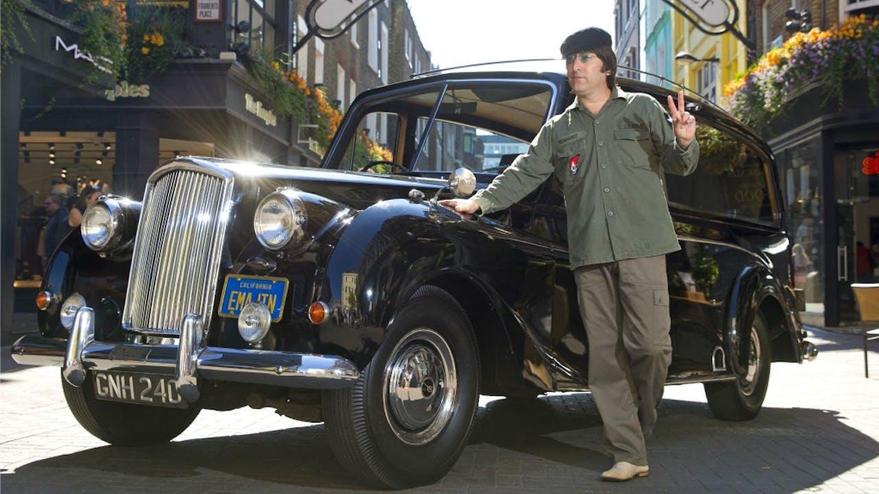 Een John Lennon lookalike poseert voor de Austin Princess. Foto: HH/Henry Browne