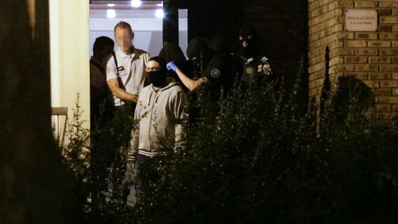 Een van de drie vrouwen, gisteren tijdens de arrestatie. Foto: ANP/AFP