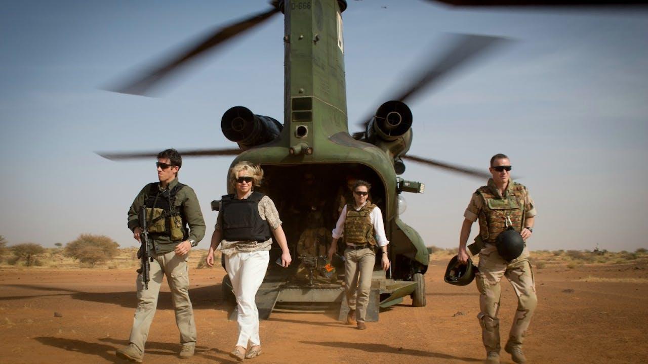 Minister van Defensie Jeanine Hennis-Plasschaert, minister van Financien Jeroen Dijsselbloem en de Commandant der Strijdkrachten generaal Tom Middendorp op een bezoek bij Nederlandse militairen in Mali. Foto: ANP