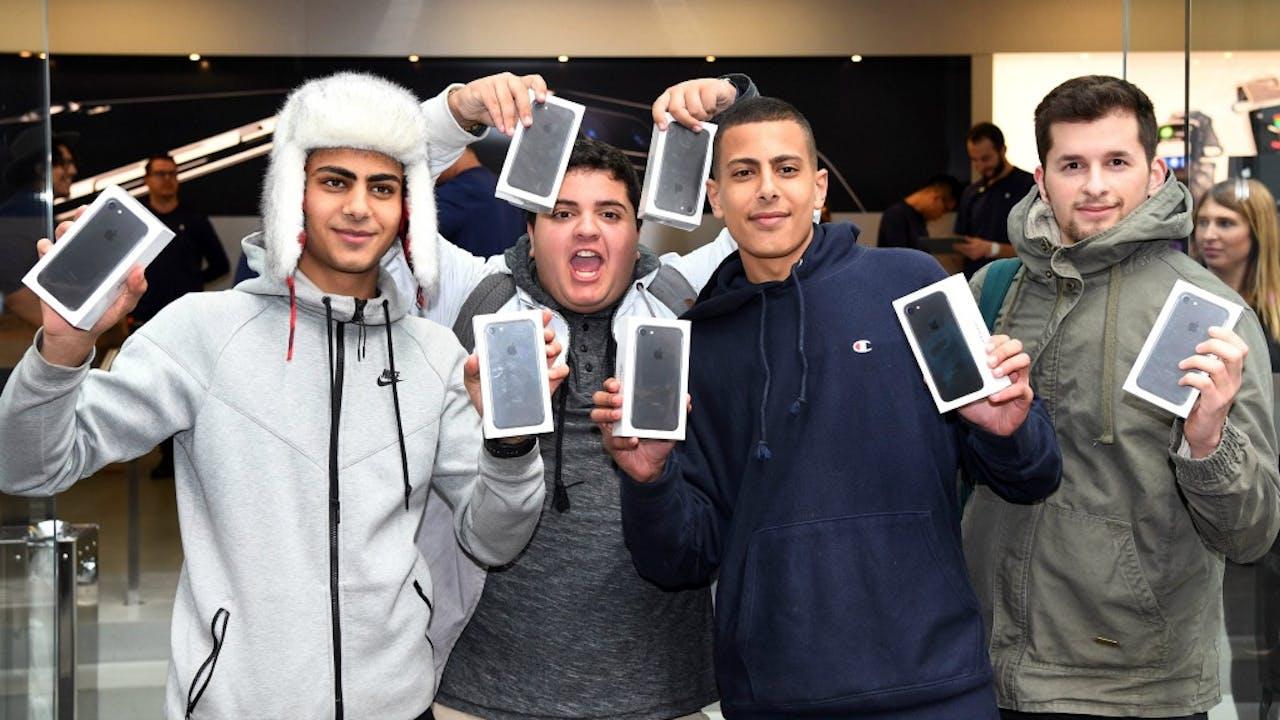 Klanten met hun iPhone 7 bij de Apple flagship store in Sydney. Foto: ANP/AFP