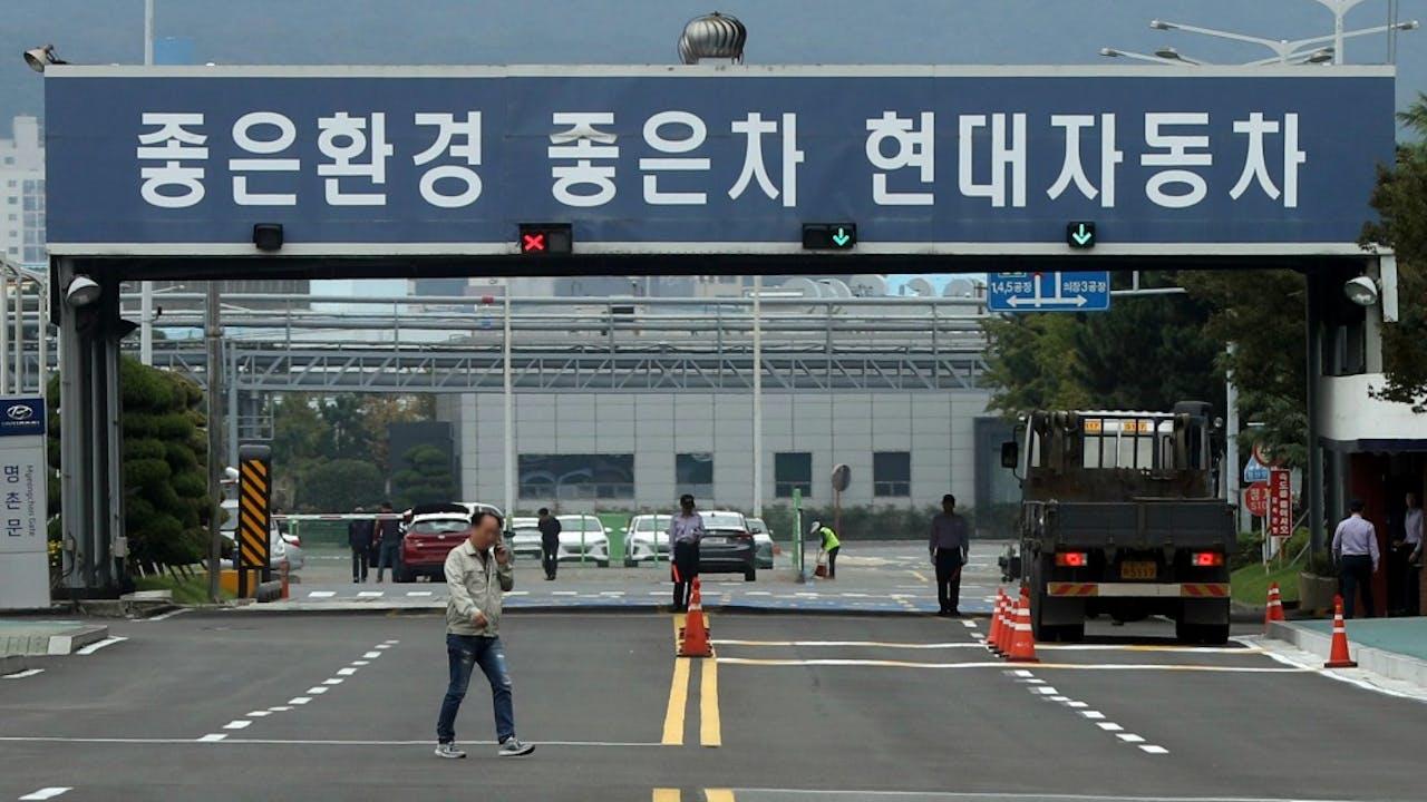 Relatieve rust vandaag bij de poort van de Hyundai-fabriek in Ulsan, Z-Korea. Foto: ANP/EPA