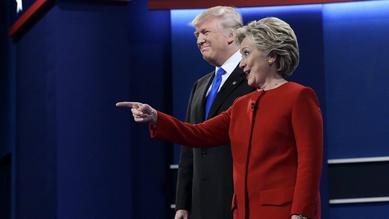 'Kijk daar, een Swing State!' Clinton en Trump tijdens hun eerste debat. Foto ANP