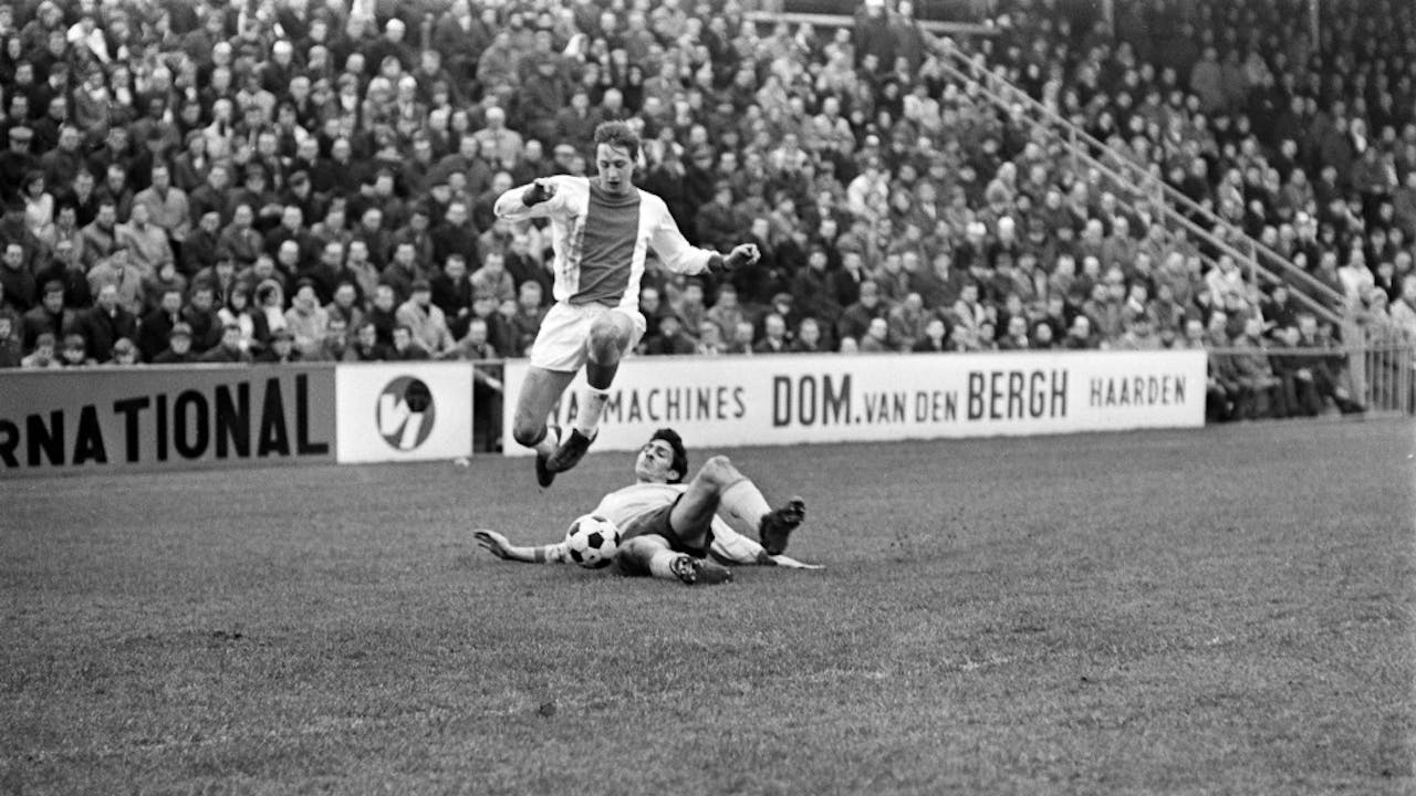 1968: Sittardia-Ajax (1-1). Cruijff is verdediger Frans Guns te slim af. Foto: ANP