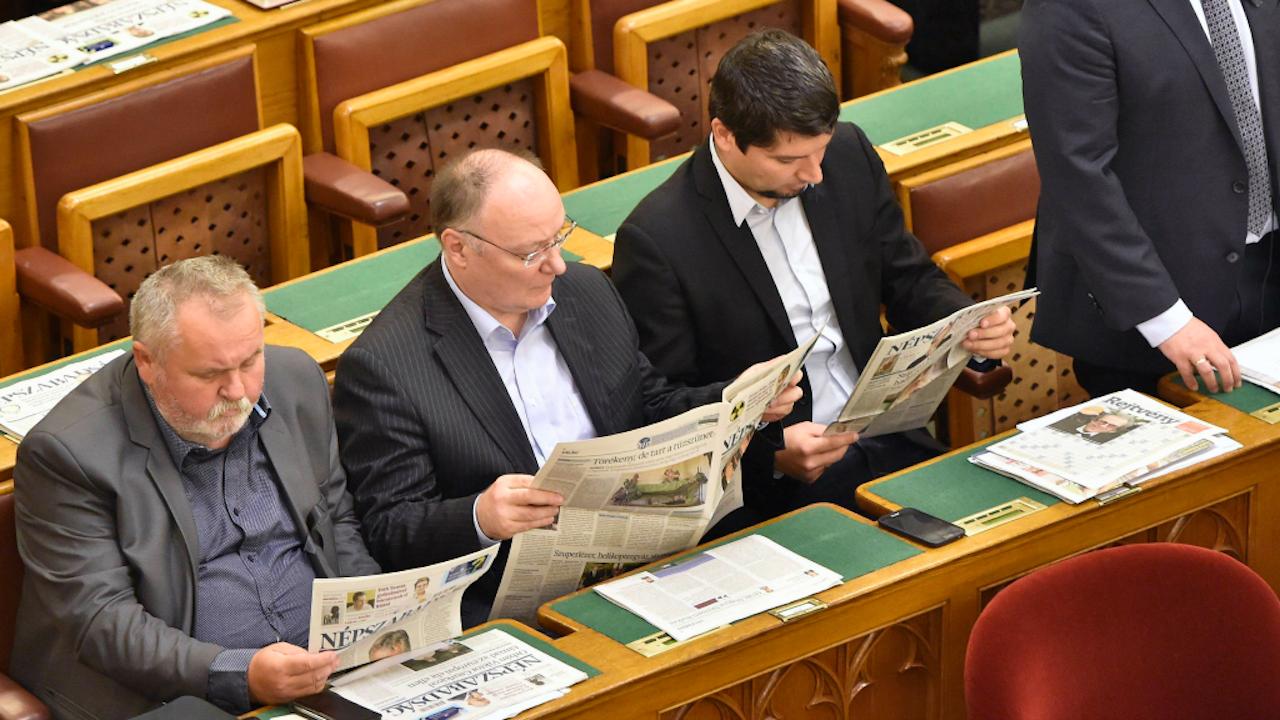 Hongaarse politici lezen de krant tijdens een debat (Foto: Hollandse Hoogte)