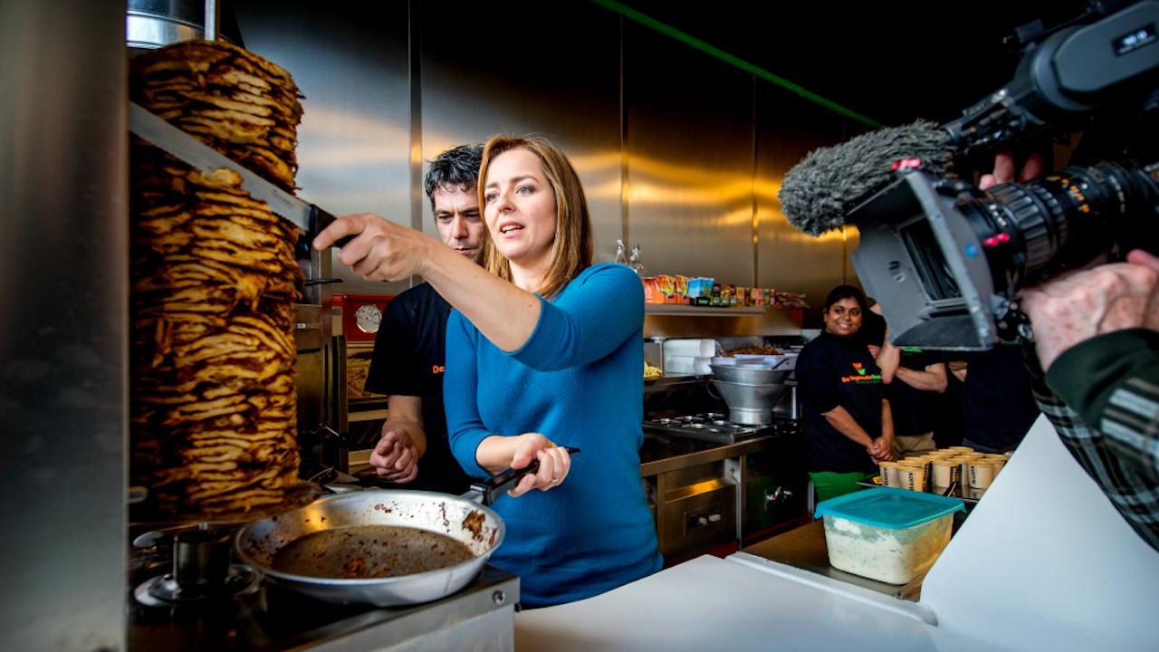 Marianne Thieme van de Partij voor de Dieren snijdt wat nep-shoarma bij de opening van de eerste volledig vegetarische snackbar van Nederland (Foto: ANP, 2013)