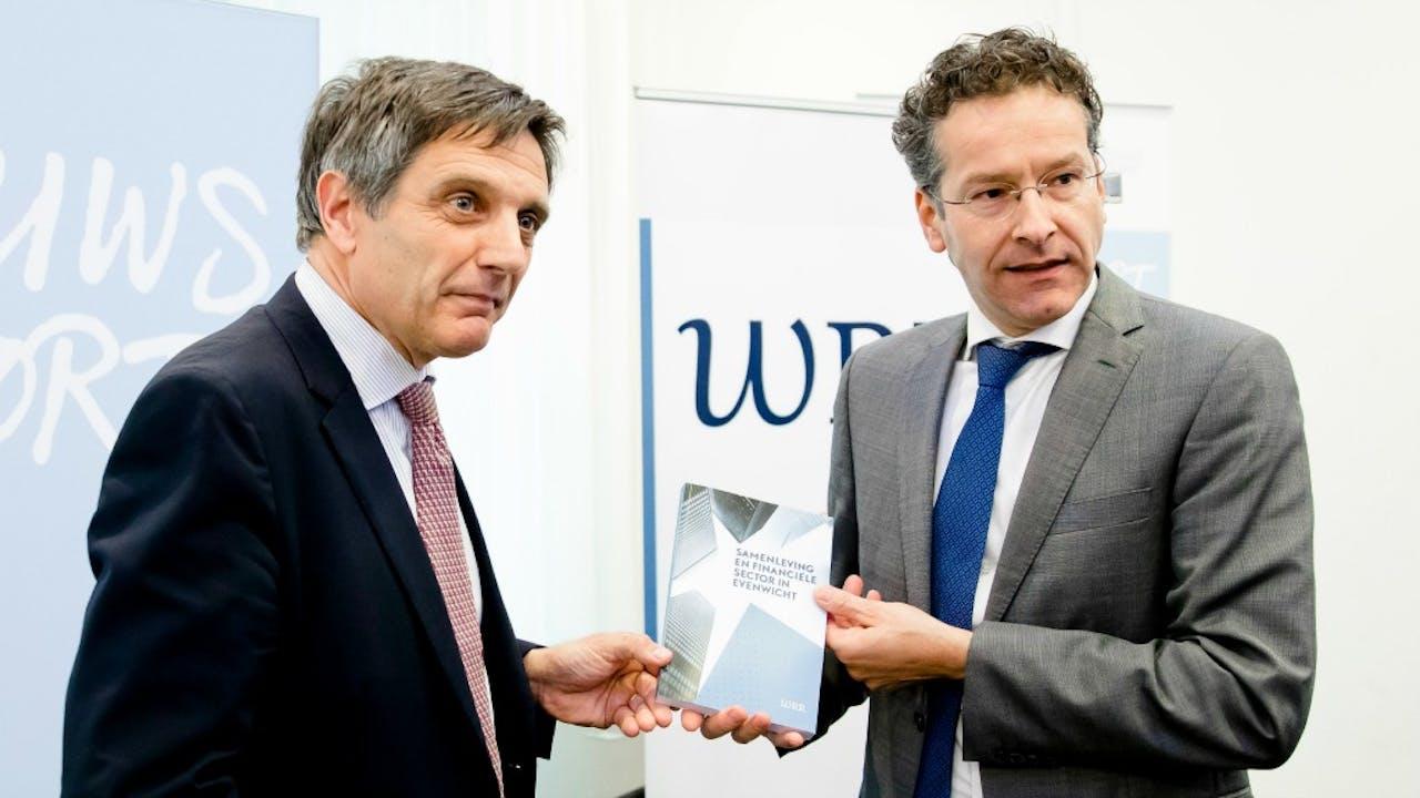Arnoud Boot overhandigt het WRR-rapport aan minister Dijsselbloem. Foto: ANP