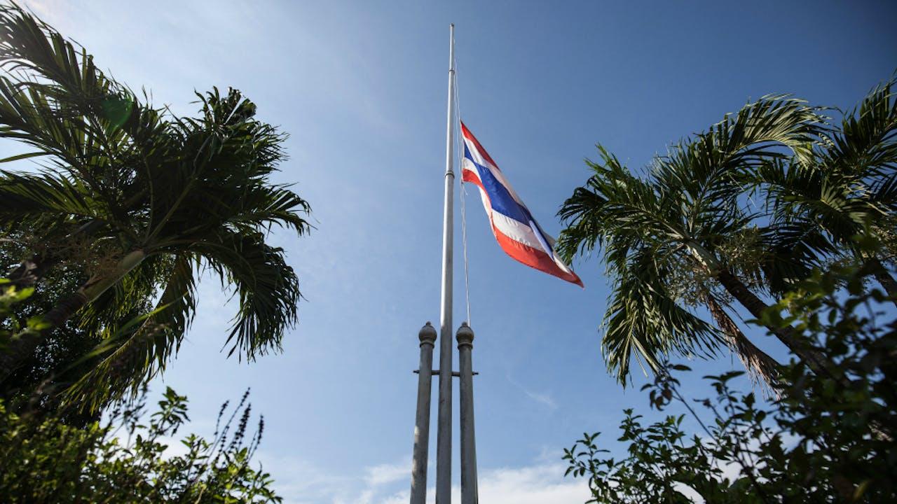 De Thaise vlag hangt in het hele land halfstok. Foto Zuma Press/HH