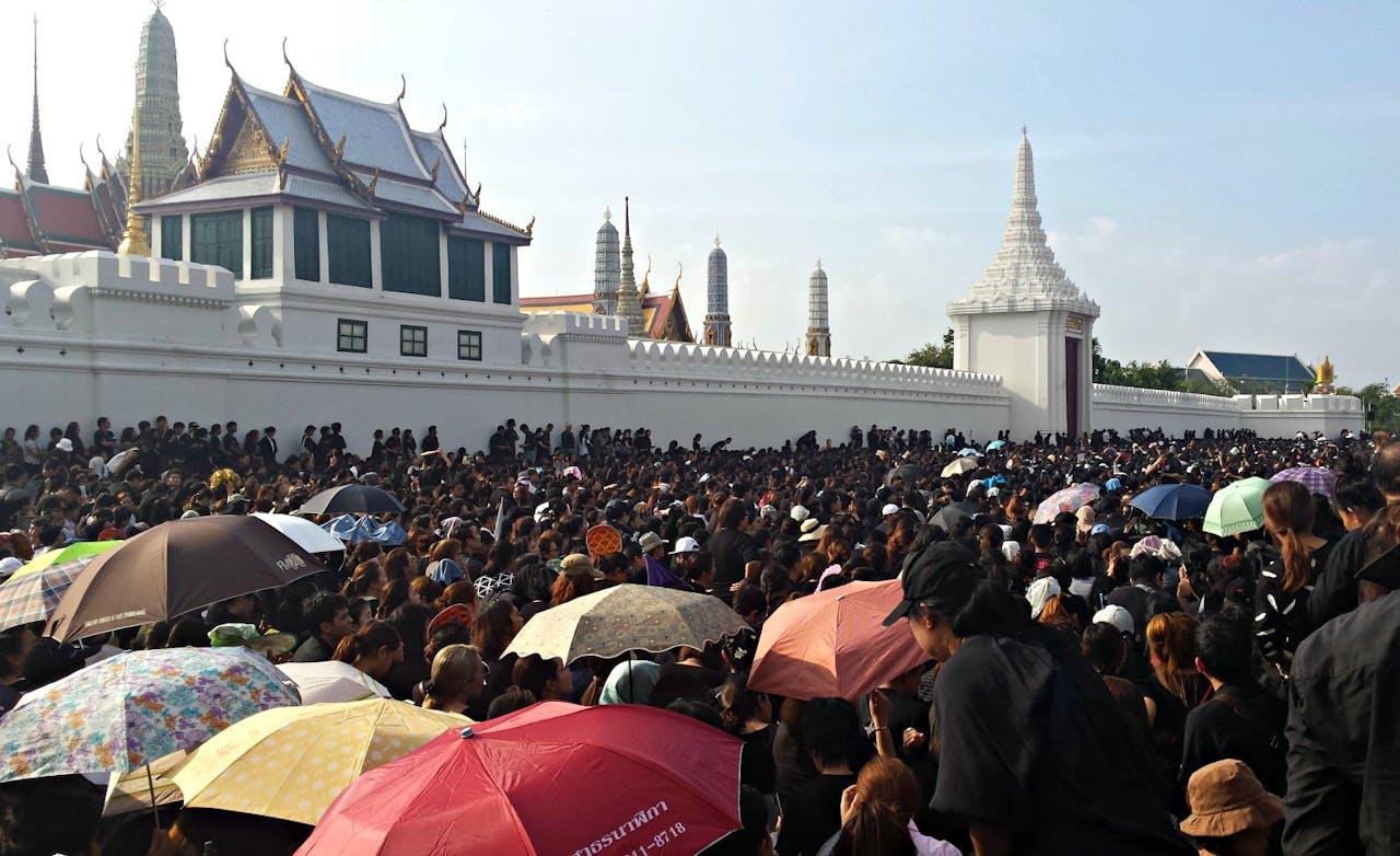 Duizenden mensen bij het paleis.