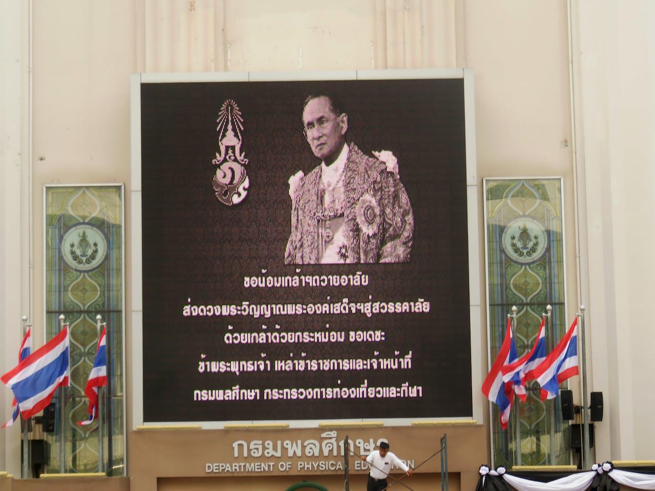 In schermen doorheen heel Thailand is Bhumibol te zien.