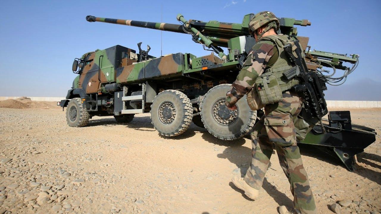 Een Franse soldaat bij een gevechtsvoertuig, ter ondersteuning van het Iraakse leger dat de stad Mosul probeert te heroveren van IS. Foto ANP