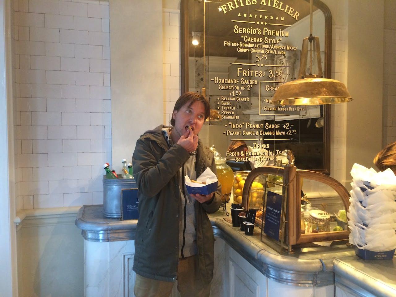 Verslaggever Thomas Schuurman probeert de 'Frites Peanut Sauce & Classic Mayo'.