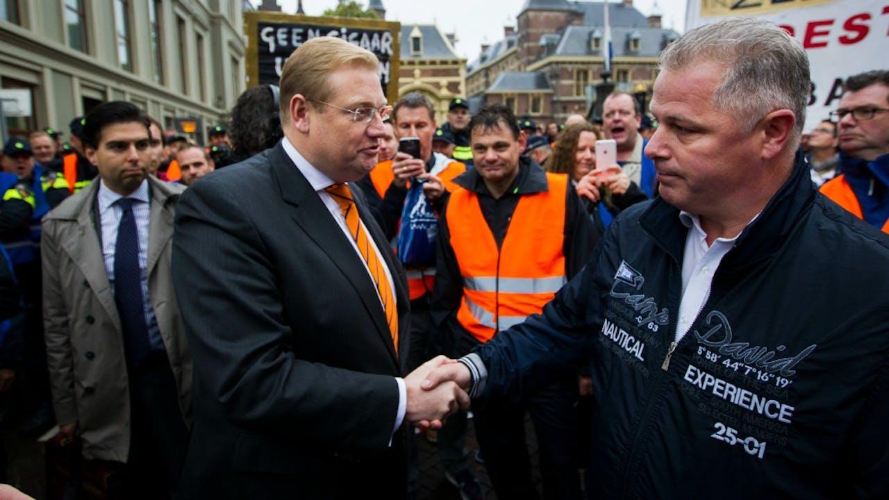 Gerrit van de Kamp (rechts) schudt minister Van der Steur de hand. Foto: ANP.