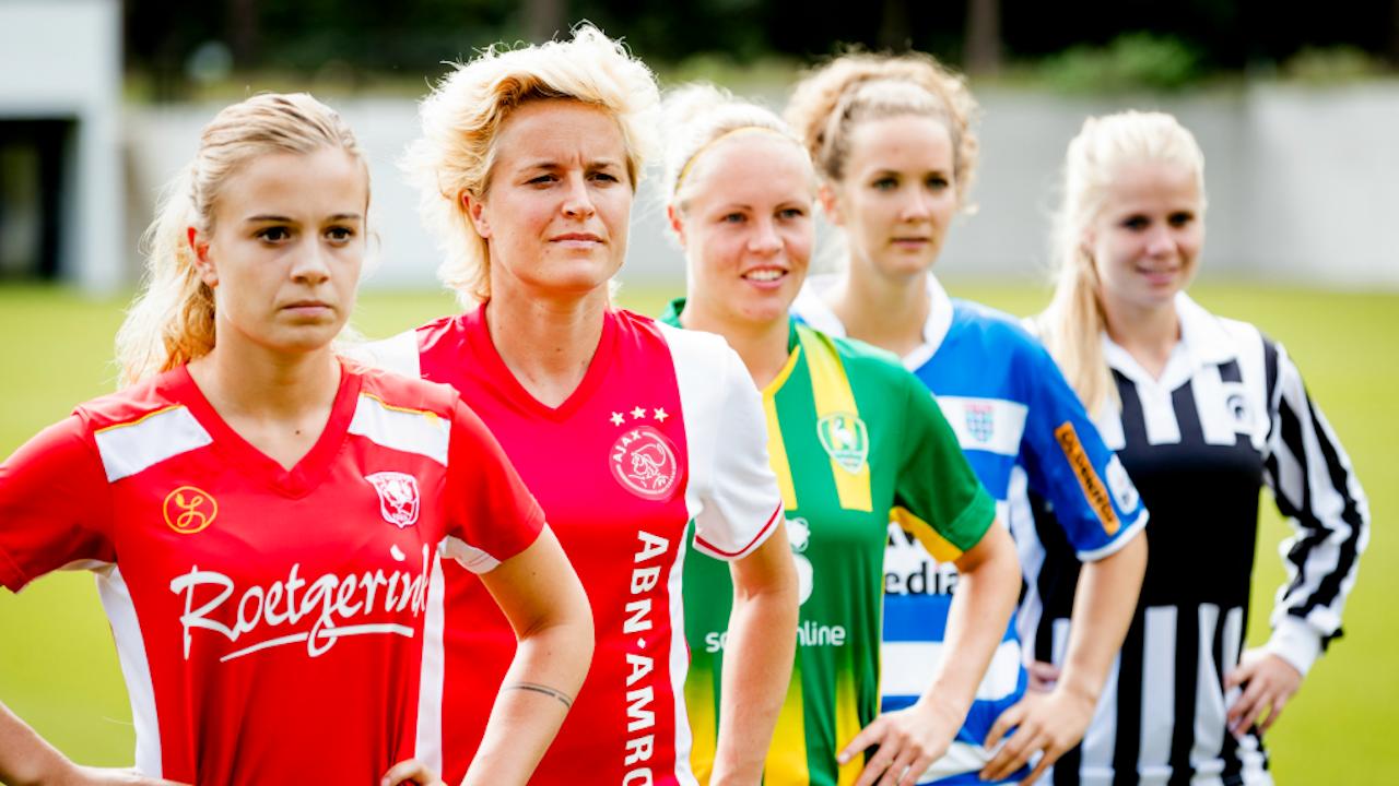 De aanvoerders van de vrouwenteams tijdens de persdag die vooraf ging aan het tweede seizoen van de eredivisie voetbal voor vrouwen (Foto: ANP)