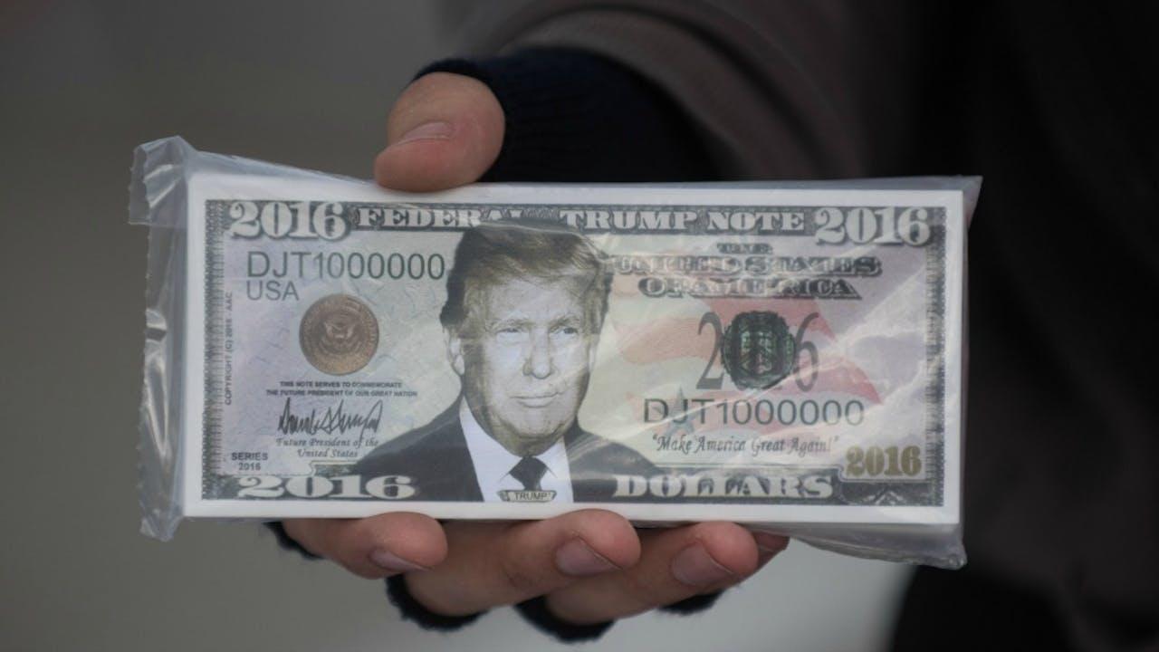 Leuk bedacht, maar ook deze bankbiljetten met Trump erop zijn natuurlijk nep. Foto ANP