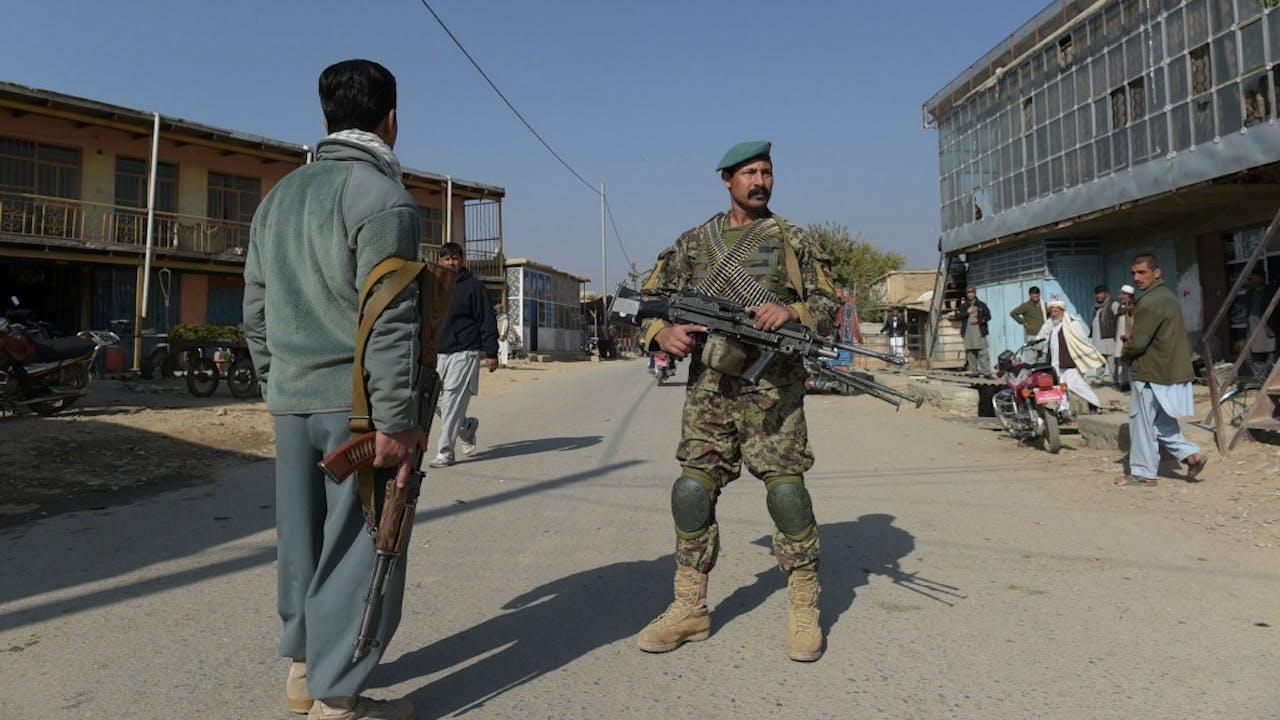Foto: ANP - Leger houdt mensen op afstand in Bagram.