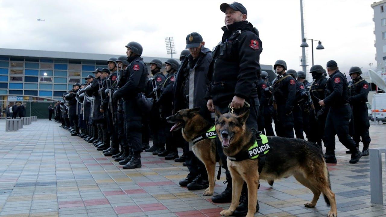 Veel politie op de been tijdens de voetbalwedstrijd tussen Albanië en Israël. Foto: ANP.