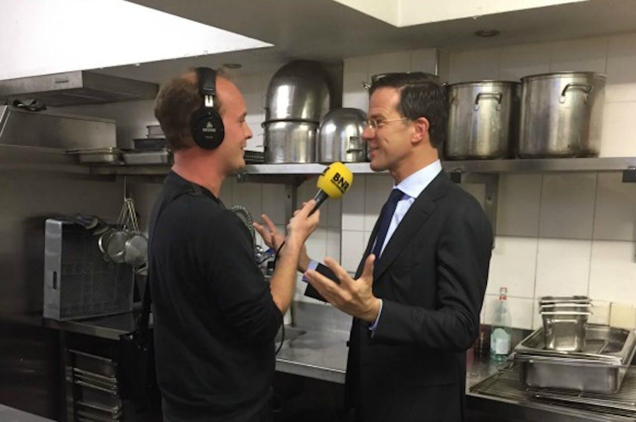 Premier Rutte in gesprek met verslaggever Jesse Pinster.
