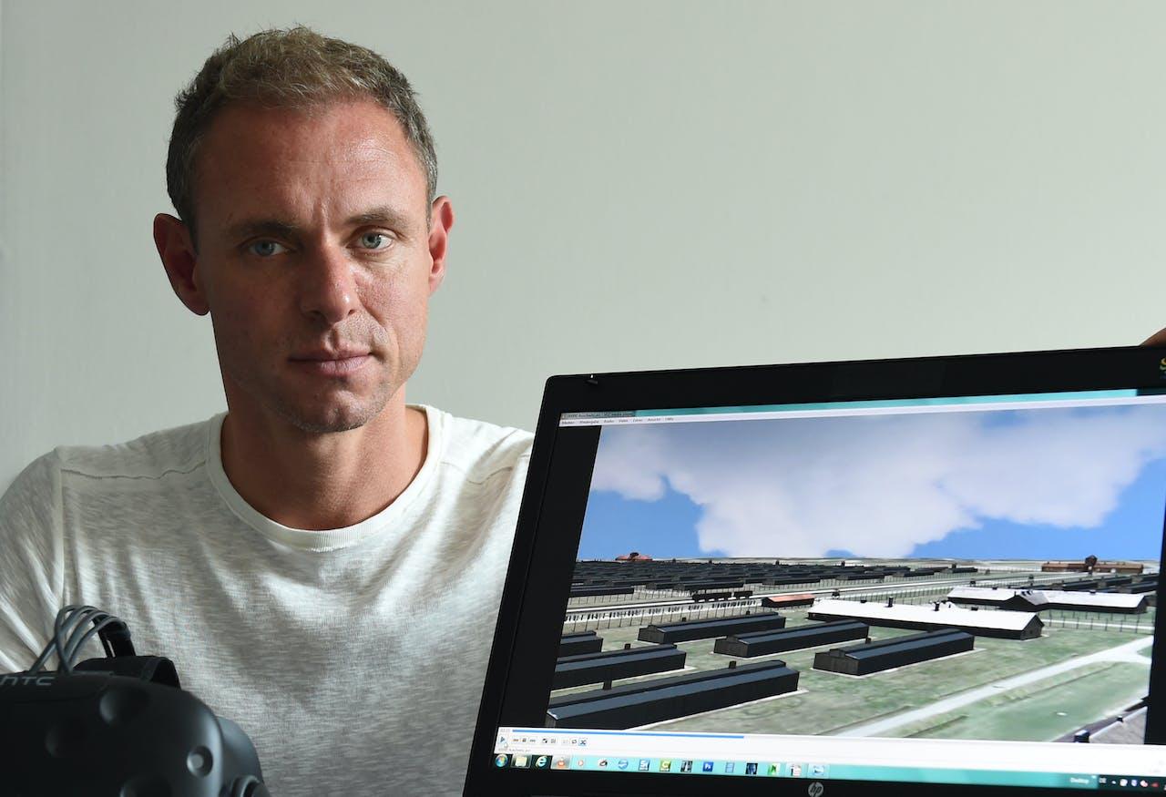 Ralf Breker met de 3D-versie van Auschwitz. Beeld: ANP