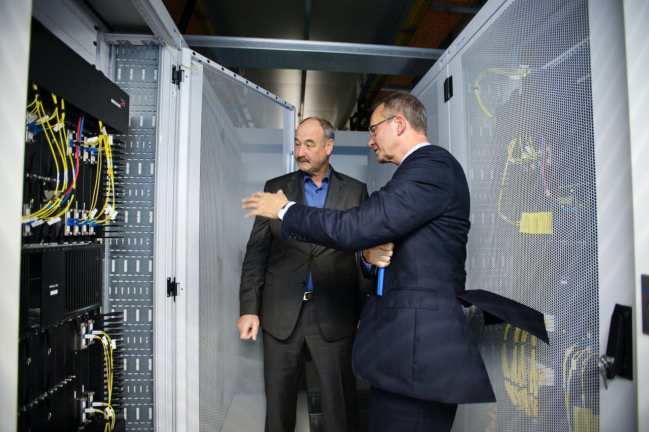 Henk Steenman van AMS-IX leidt minister Henk Kamp rond bij het bedrijf. Steenman is vandaag te gast in BNR Digitaal. Beeld: ANP