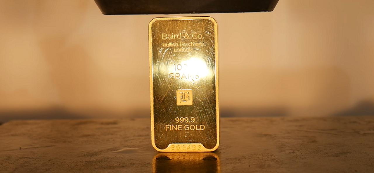 De goudstaaf van 40.000 dollar die door Crushit onder de hydraulische pers is gelegd. Beeld: screenshot YouTube/Crushit