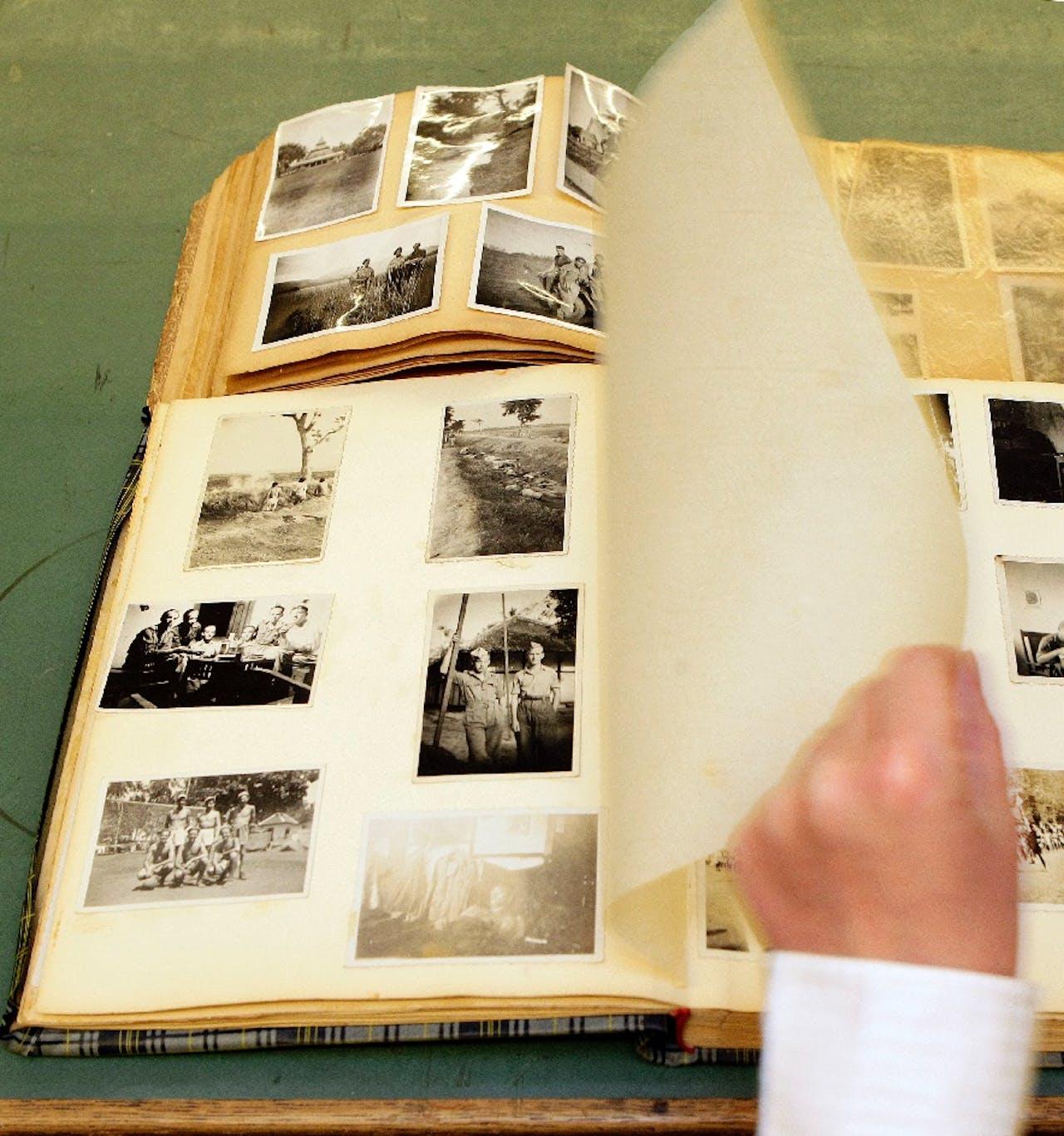 Foto's van een executie in voormalig Nederlands-Indie (linksboven), in een fotoboek dat onlangs werd gevonden in een vuilcontainer. De foto's komen uit het prive-album van een soldaat uit Enschede die in 1947 werd uitgezonden. Het boek is in beheer bij het Stadsarchief Enschede. ANP