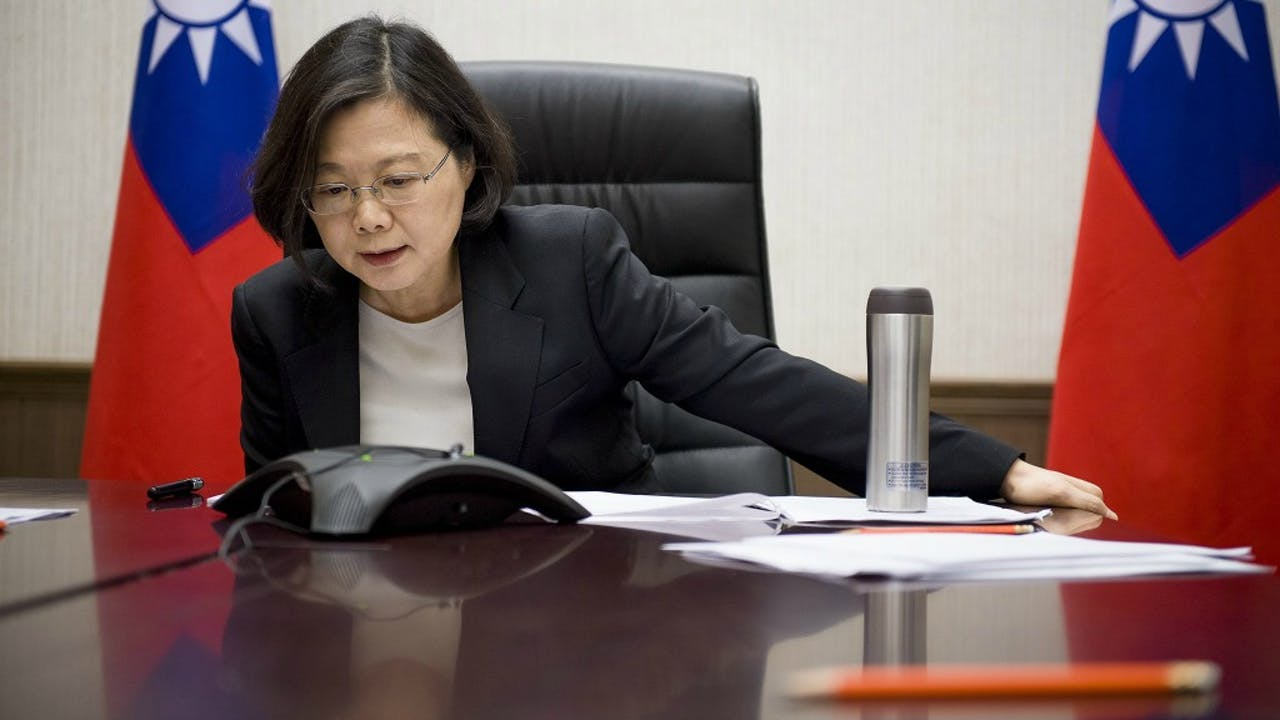 De Taiwanese president Tsai Ing-wen tijdens haar telefoontje met Trump. Foto: ANP/EPA