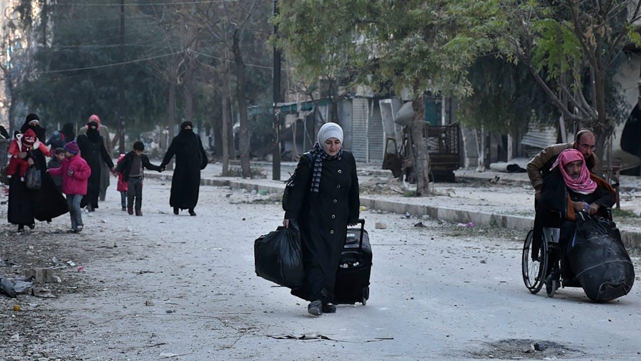Inwoners van Aleppo op de vlucht voor geweld in hun wijk. Foto: ANP/AFP