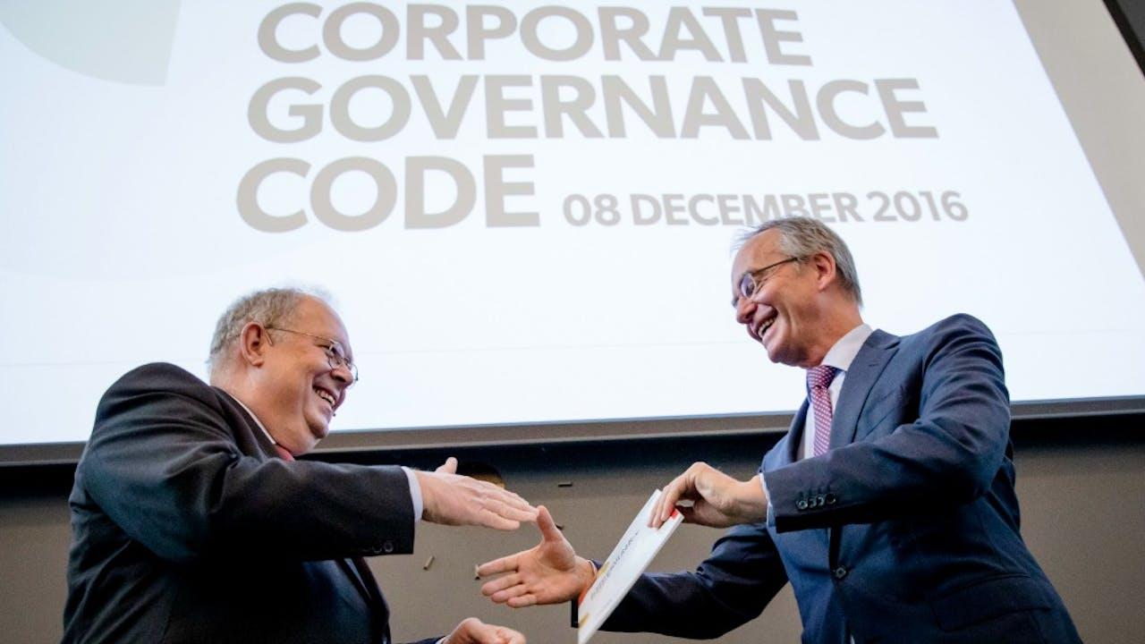 Minister Henk Kamp van Economische Zaken krijgt de Herziene Corporate Governance Code uitgereikt van Jaap van Manen, voorzitter van de Monitoring Commissie Corporate Governance Code. Foto: ANP