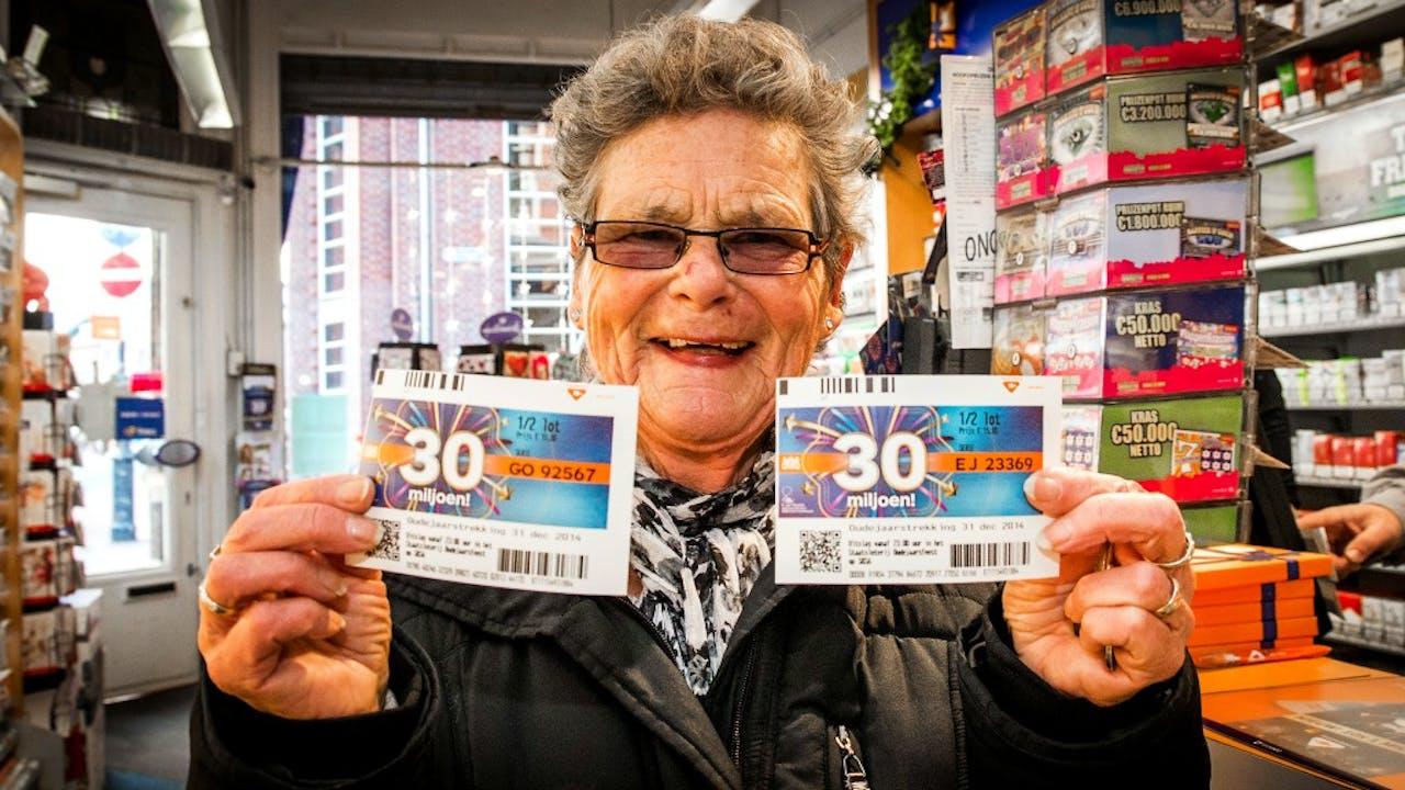 Foto: ANP - Vrouw koopt Oudejaarsloten
