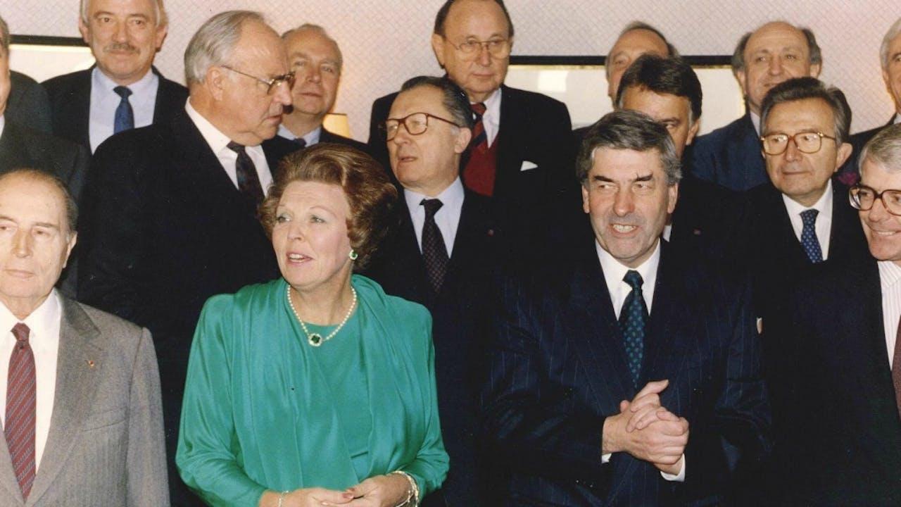 Koningin Beatrix 25 jaar geleden in Maastricht met links toenmalig president van Frankrijk Mitterand. Rechts van haar toenmalig premier Ruud Lubbers. Op de achtergrond onder andere voormalig bondskanselier Kohl Foto: ANP