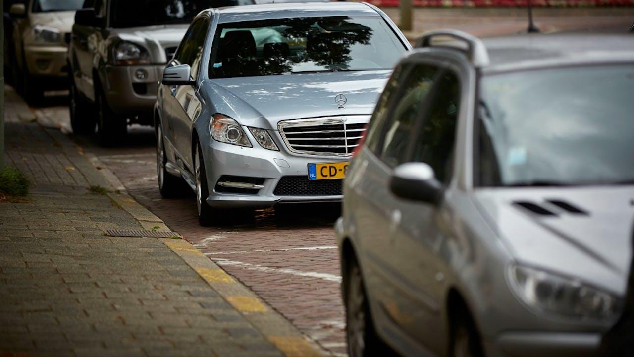 Een foutief geparkeerde diplomatenauto. Foto: ANP.